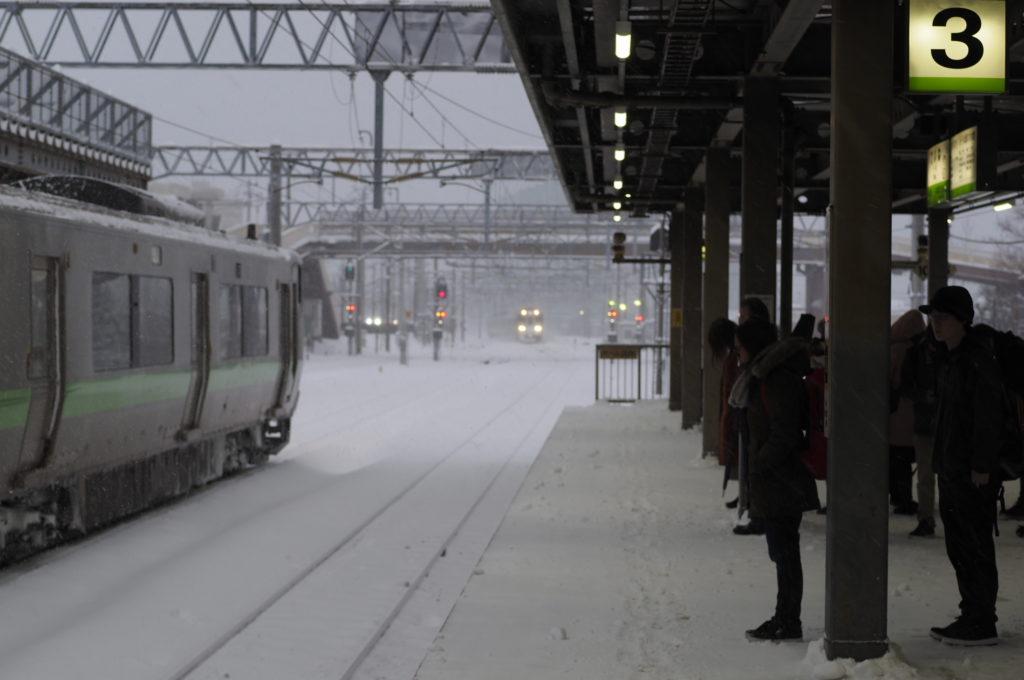北海道の大雪ホーム前