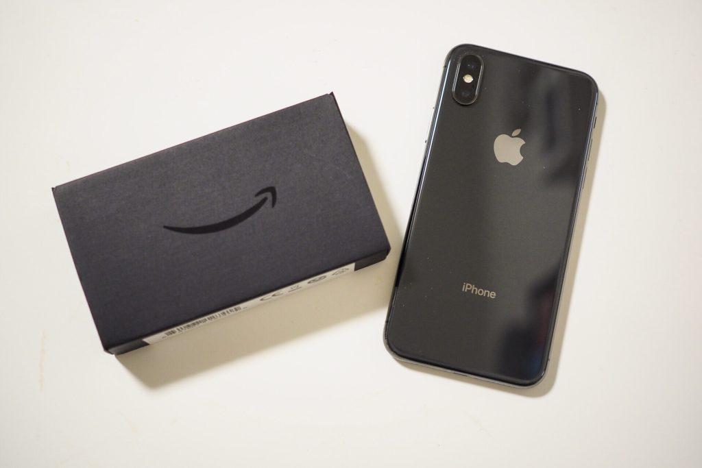 AmazonイーサネットアダプタとiPhoneの大きさ比較
